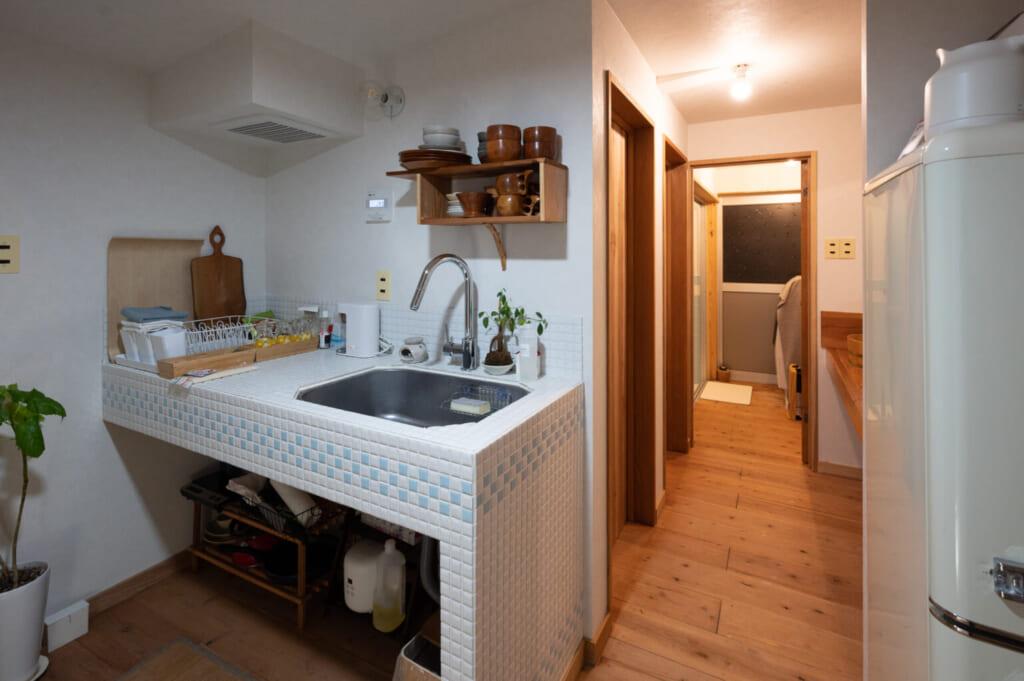 Coin cuisine dans une appartement japonais rénové