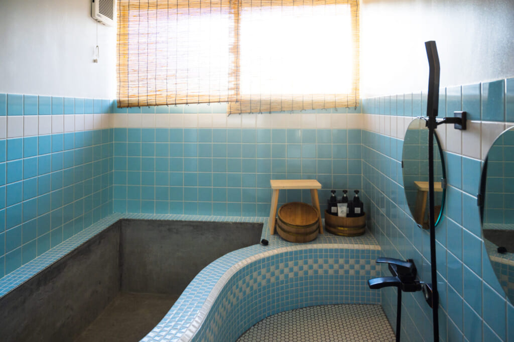 Salle de bain japonaise recouverte de carrelage bleu