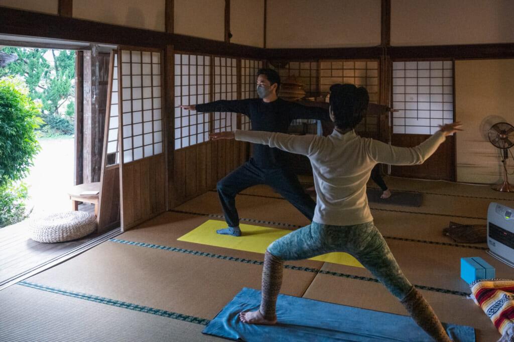 Séance de yoga matinal dans un temple bouddhiste japonais rural sur les îles Goto