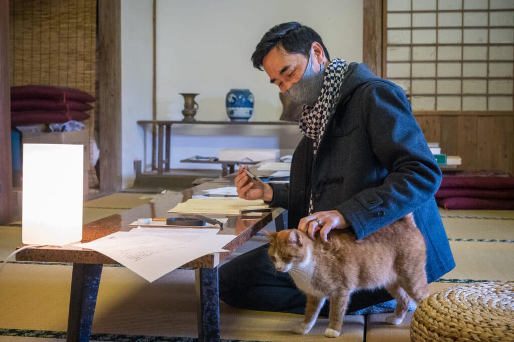 Séance de copie de sutra en compagnie d'un chat