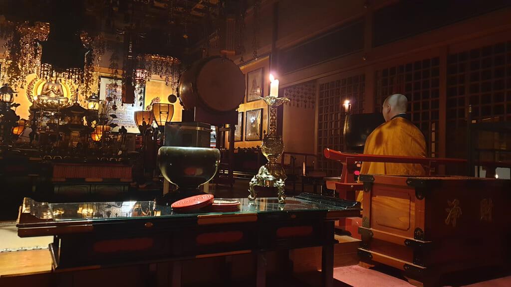 Prière du matin dans un temple bouddhiste japonais à Koyasan