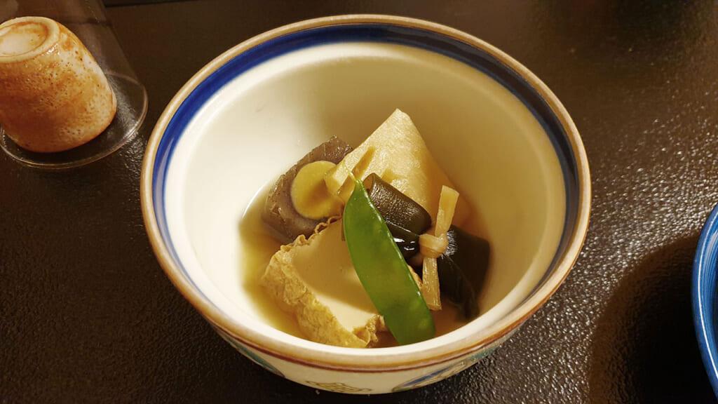 Plat végétarien japonais de cuisine shojin ryori, avec du tofu frit