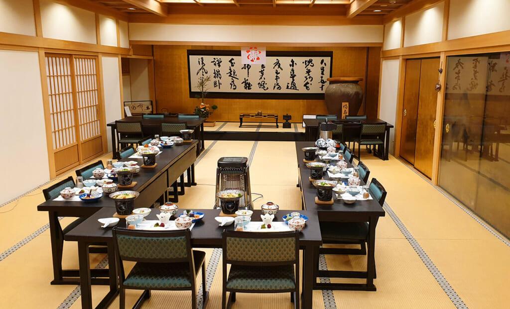 Salle à manger commune dans un shukubo, un hébergement au temple à Koyasan