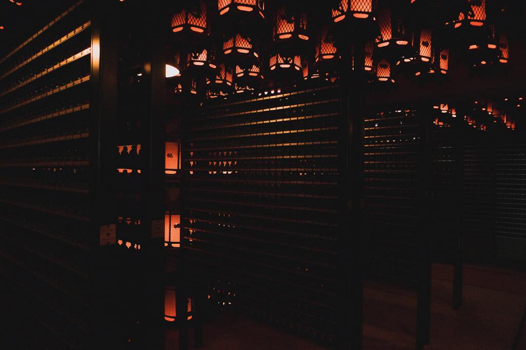 Salle des lanternes Torodou du temple Okunoin à Koyasan, plongée dans la pénombre