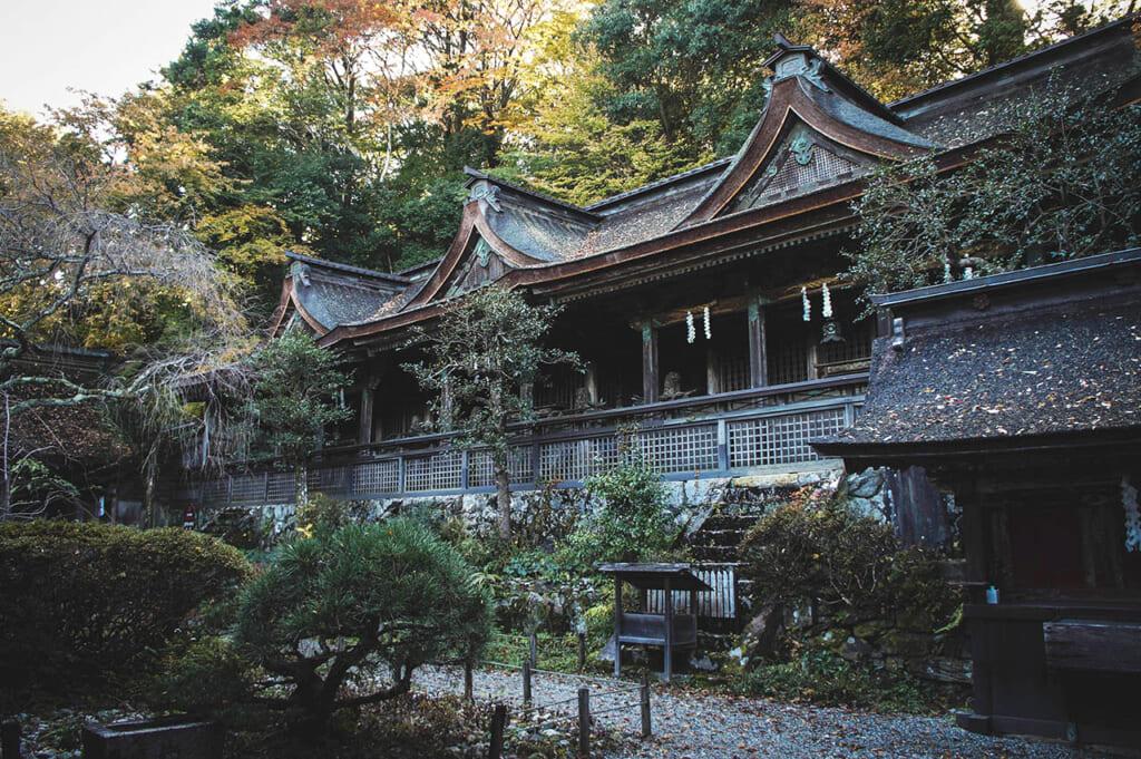 Le sanctuaire shinto Mikumari-jinja sue le haut du mont Yoshino : une architecture rectangulaire qui enclos une cour intérieure