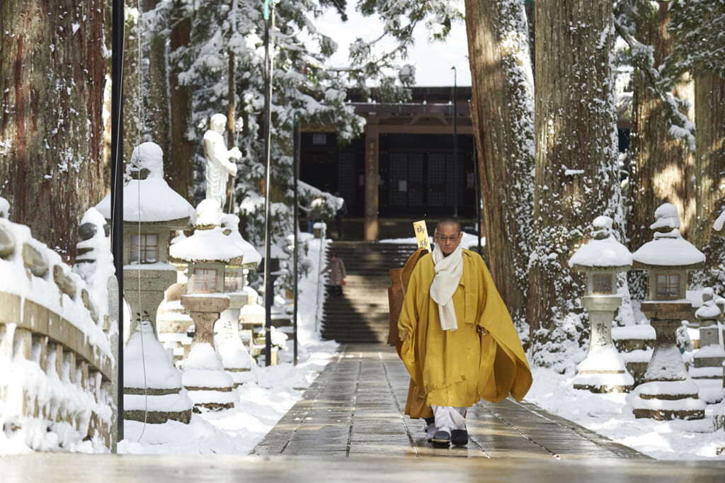 Moines bouddhistes japonais dans le temple Okunoin à Koyasan