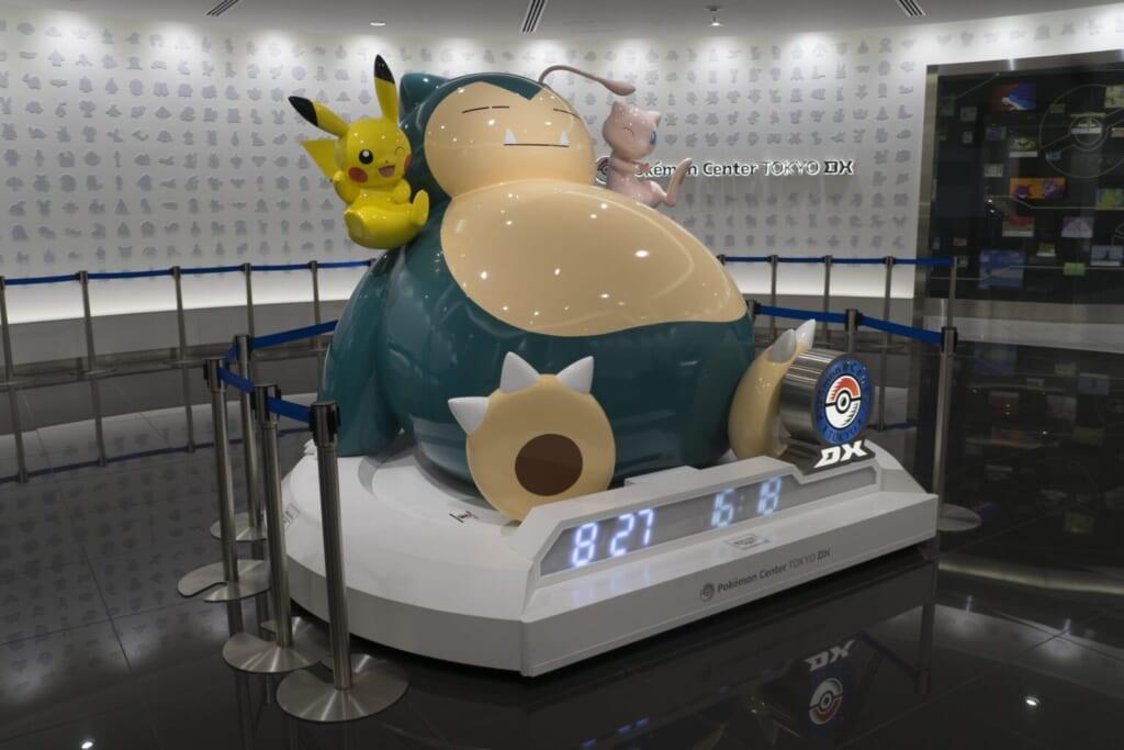 Statue représentant Rnflex, Pikachu et Mew au Pokémon Center TOKYO DX
