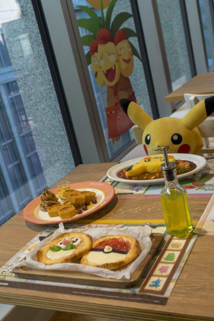Pikachi, installé devant un plat dans le Pokémon café de Tokyo