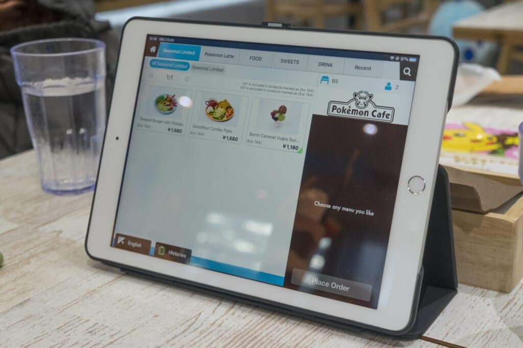 La tablette du Pokémon Café est disponible en plusieurs langues pour commander.