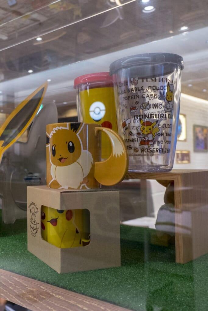 Au Pokémon Café, de nombreux souvenirs sont disponibles à la vente