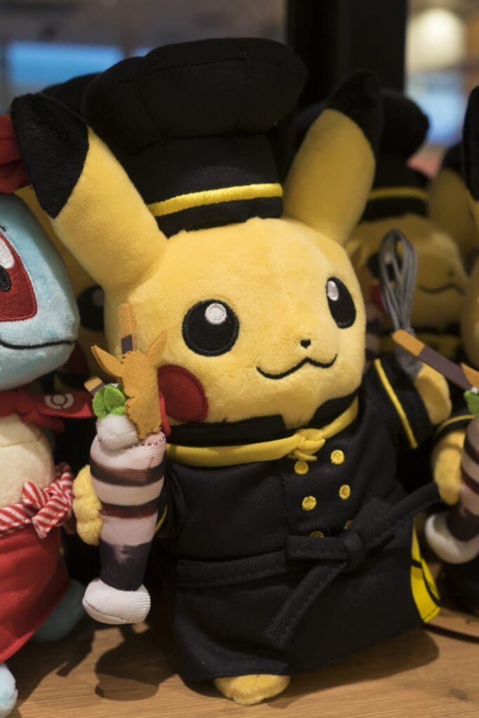 Peluche de Pikachu en chef du Pokémon Café