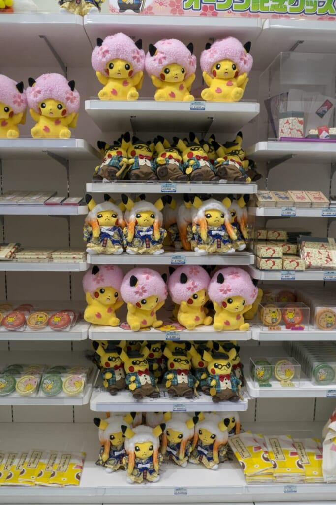 Peluches Pikachu exclusives dans un Pokémon Center au Japon