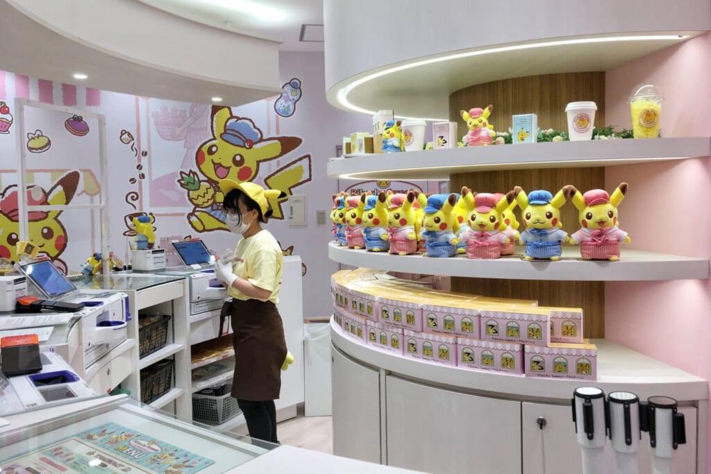 Peluches et goodies Pokémon derrière le comptoir du Pikachu Sweets