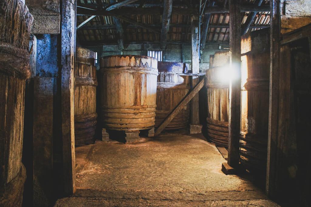 Fûts dans une fabrique de sauce de soja traditionnelle à Shodoshima