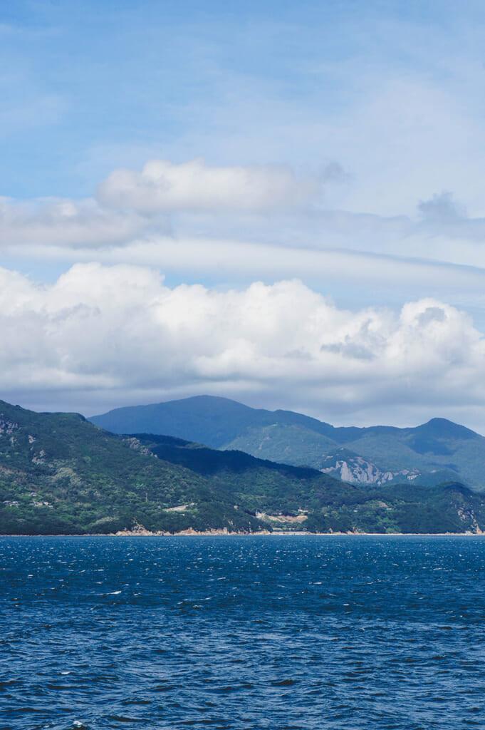 Vue sur les îles de la mer intérieure du Japon depuis un ferry