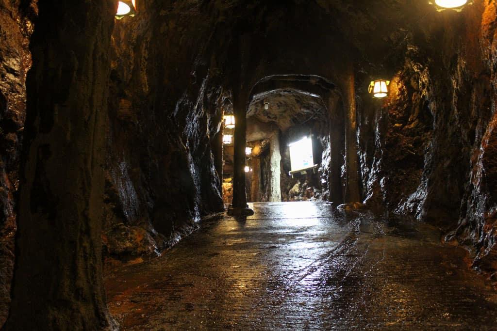 Les allées de la grotte de Sandanbeki offrent une atmosphère unique