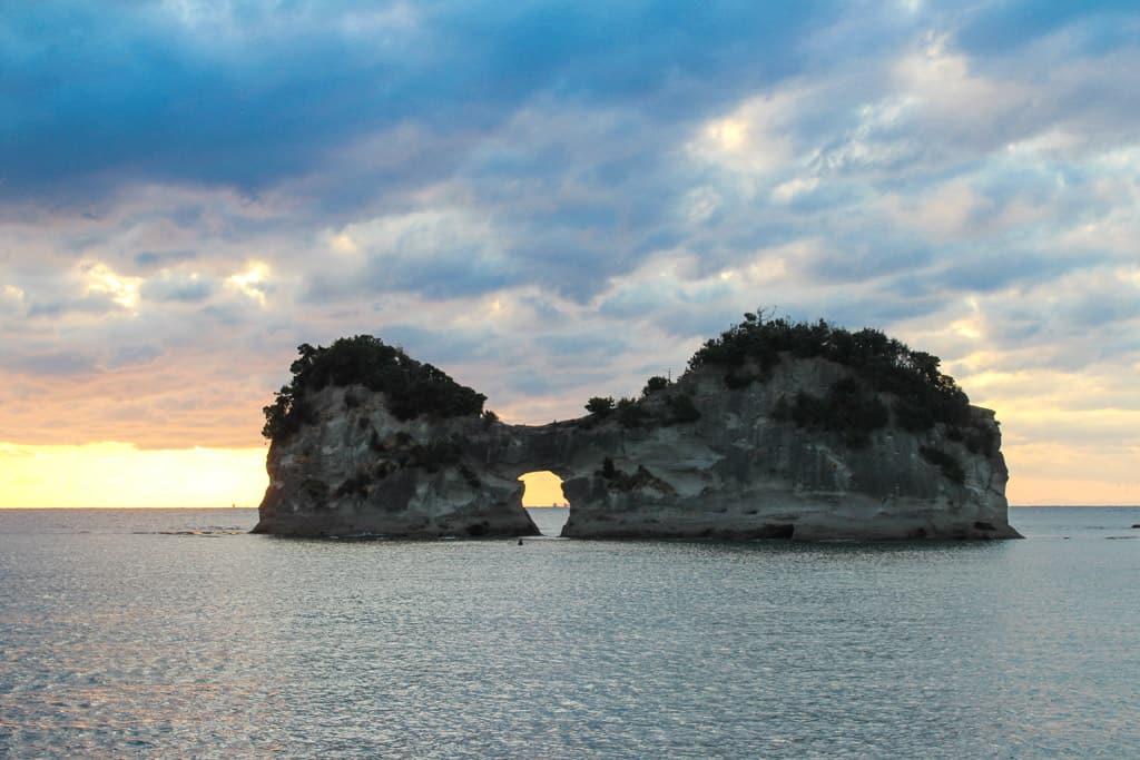 l'île d'Engetsuto à Shirahama : un îlot rocheux percé d'un trou rond où l'on peut voir le soleil se coucher.
