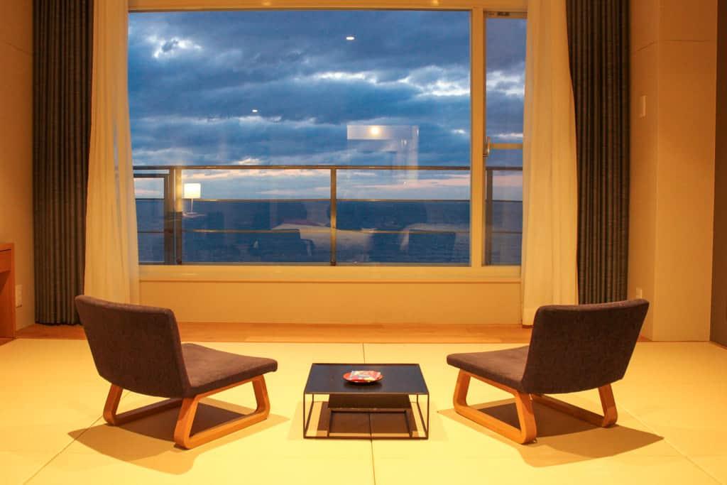 Chambre au Shirahama Key Terrace Hotel Seamore avec ses tatami et sa vue sur la mer