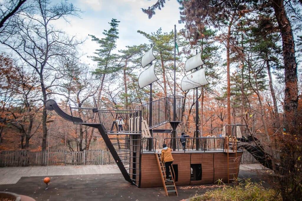 De nombreux aménagements pour enfants sont disponibles au Parc national du gouvernement Musashi Kyuryo