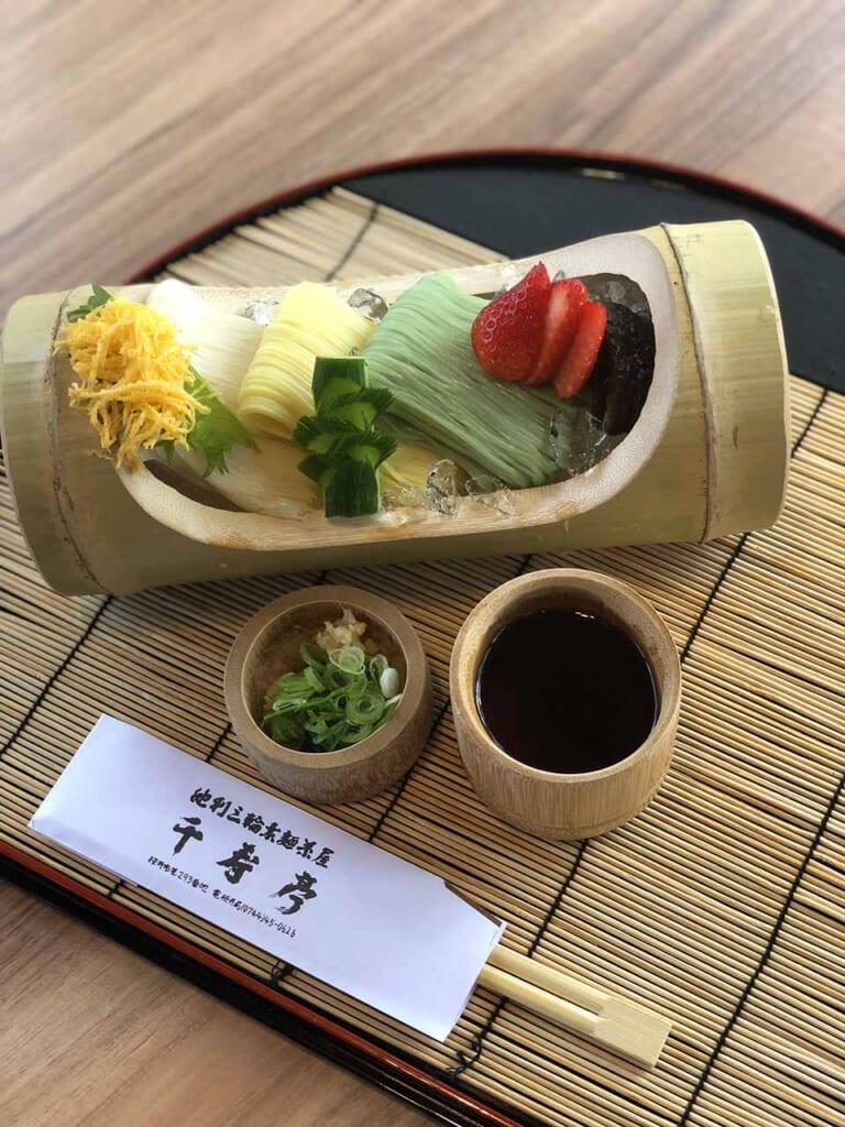 Nouilles somen froides présentées dans un récipient en bambou