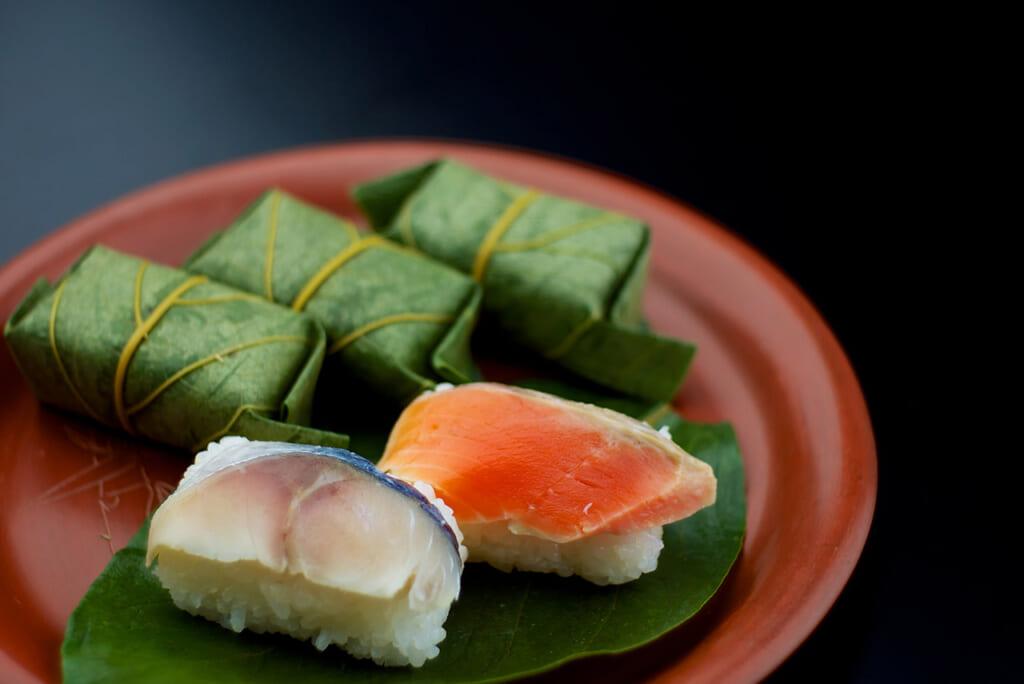 Kakinoha sushi dans un plat en laque