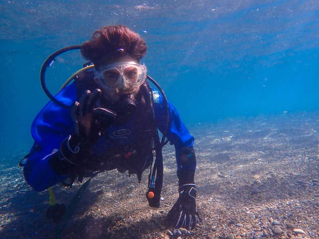 Un homme faisant de la plongée au Japon