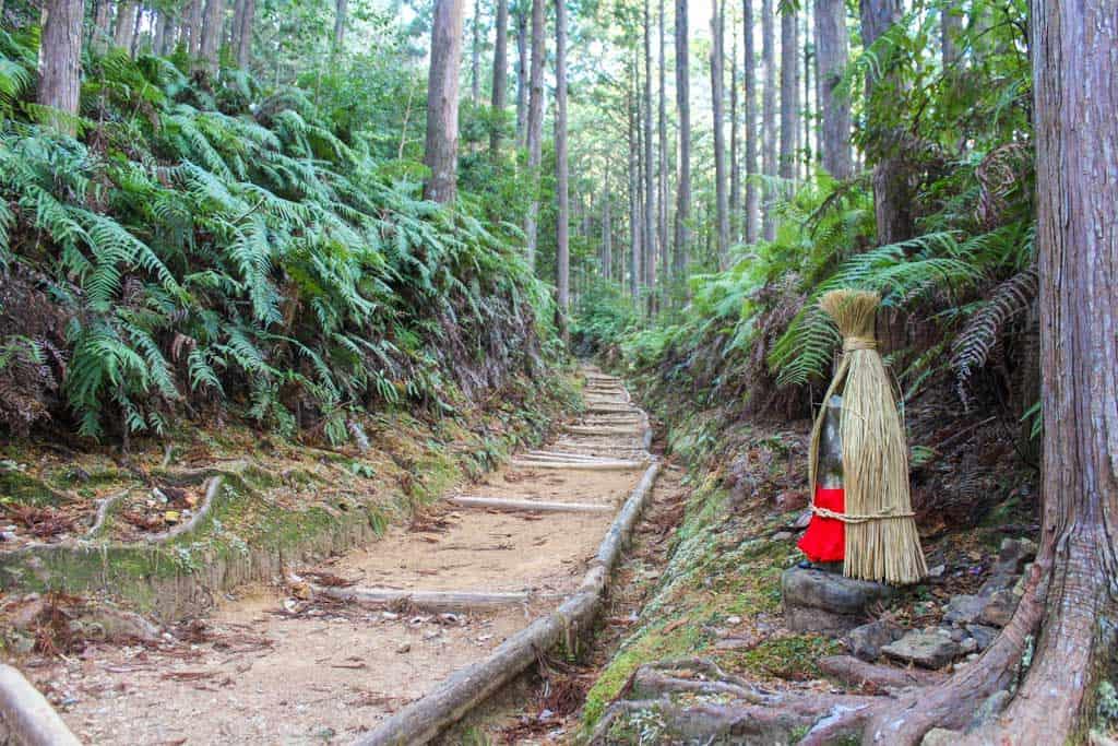 statue japonaise jizo le long d'un sentier du Kumano Kodo