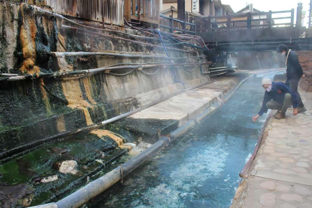 eaux thermales d'un village onsen au Japon