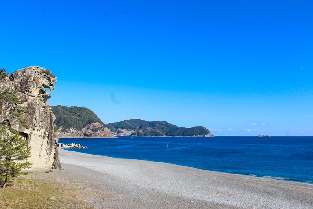 Le rocher Shishi-iwa le long de la côte japonaise