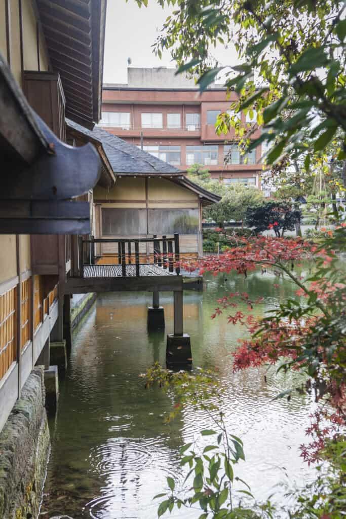 Maison traditionnelle japonaise dans le jardin de Yokokan