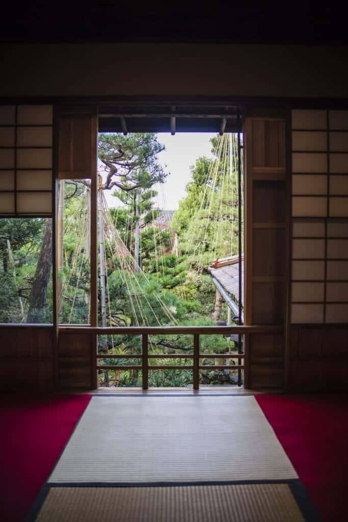Pièce pour la cérémonie du thé dans une maison traditionnelle japonaise