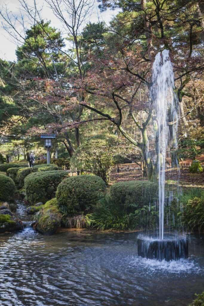 Une fontaine dans le jardin japonais de Kenrokuen