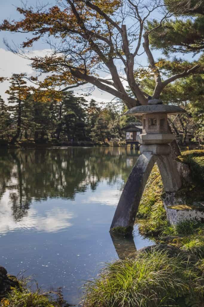 Lanterne en pierre dans le jardin japonais Kenrokuen