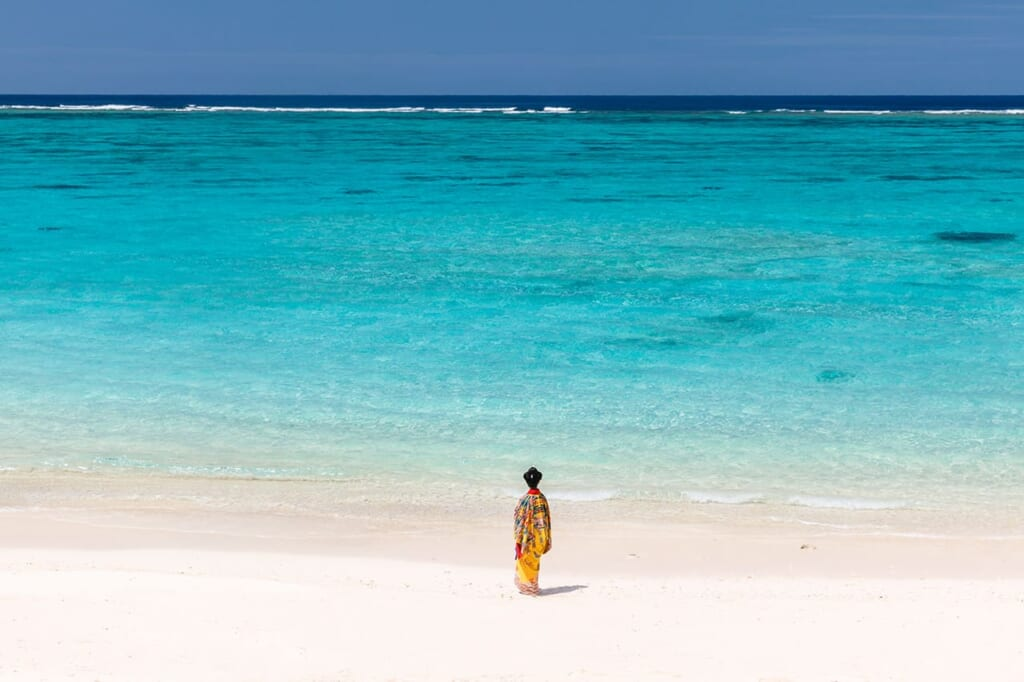Plage de sable blanc au Japon à Okinawa