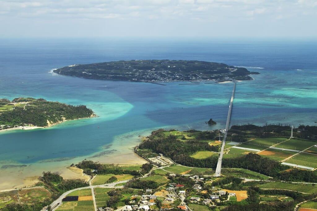 Vue aérienne de l'île de Kouri à Okinawa