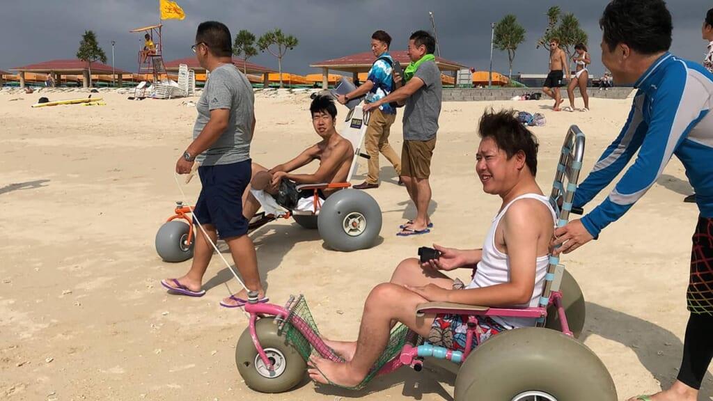 fauteils roulants adaptés à la plage sur l'île d'Okinawa