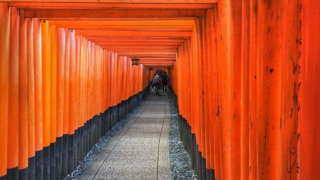 allée de torii à kyoto dans le sanctuaire de fushimi inari