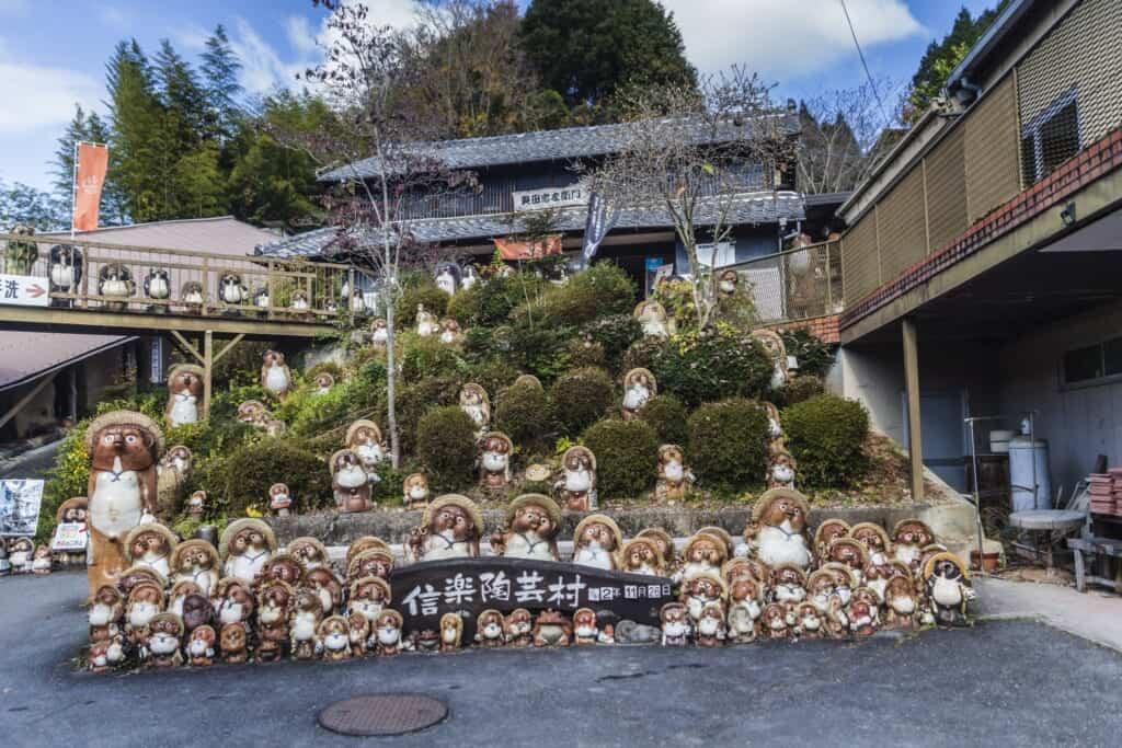 statues de tanuki en céramique dans le village de shiragaki