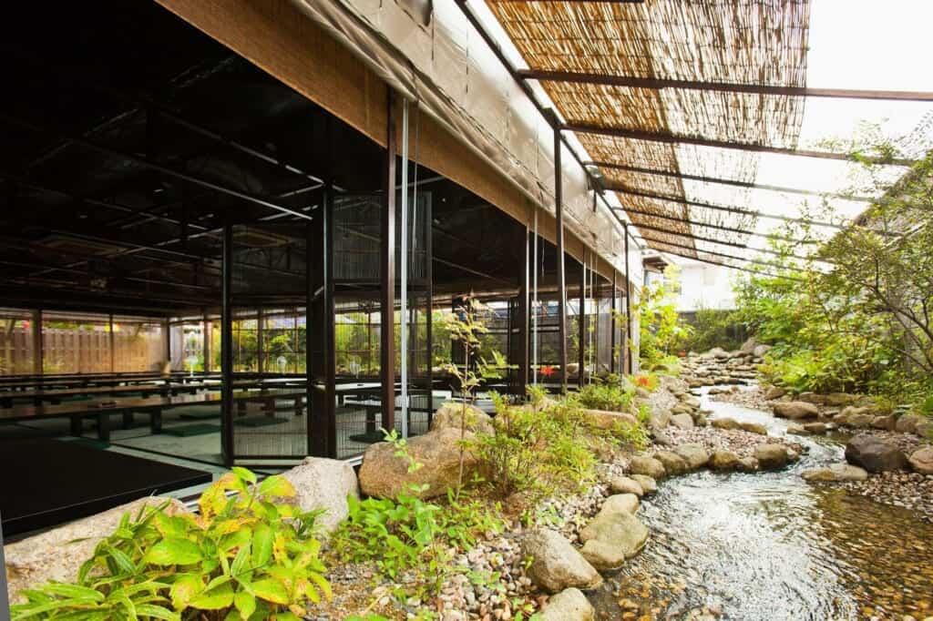 restaurant japonais avec ruisseau