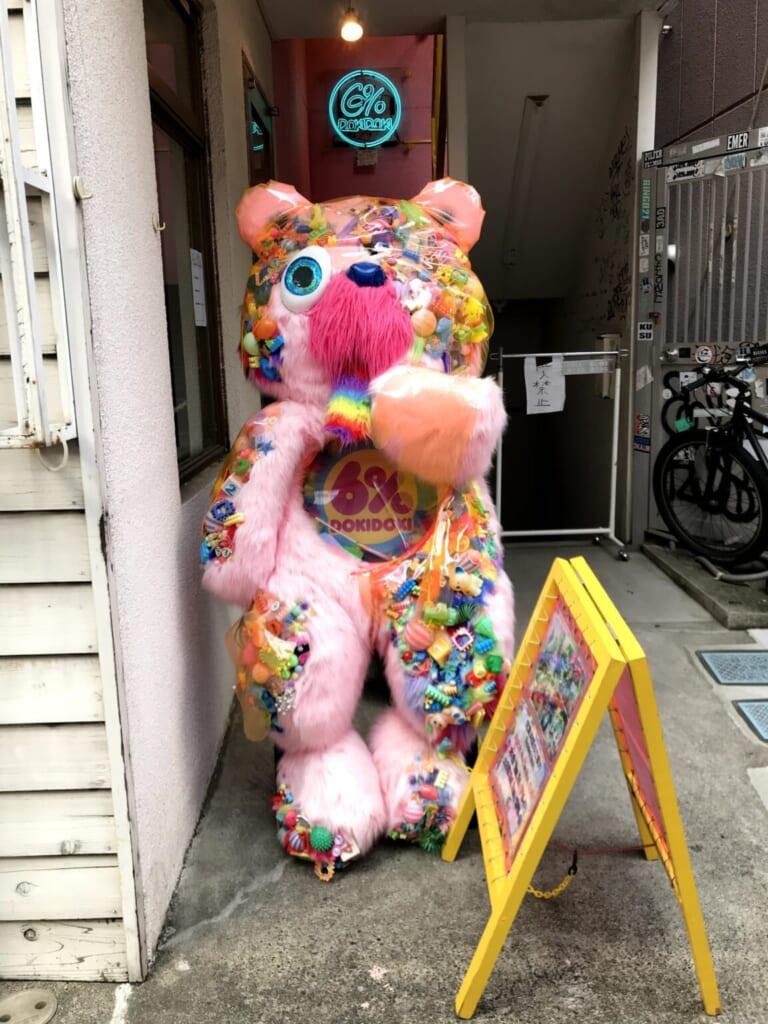 Ours en peluche accueillant les clients dans le légendaire magasin 6% Dokidoki de Sebastian Masuda à Harajuku