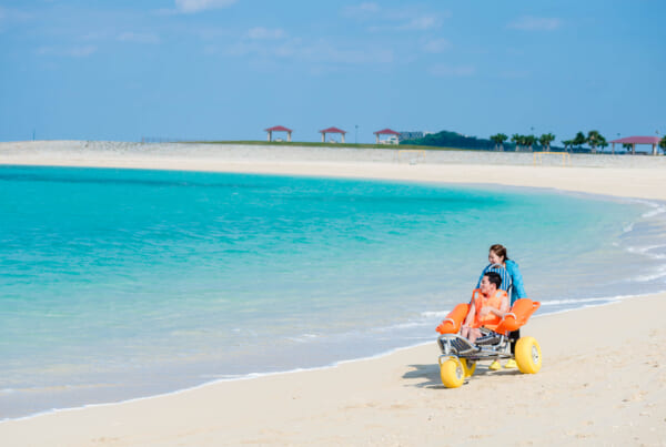 fauteuil roulant tout terrain pour la plage à Okinawa