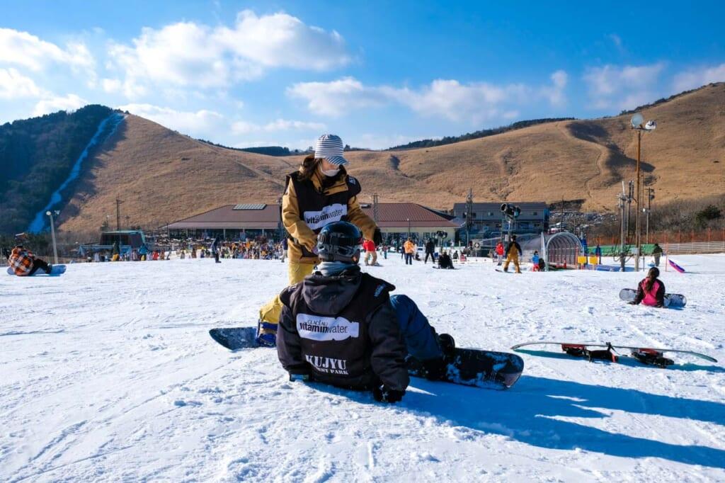 cours de snowboard dans une station de ski japonaise à Oita