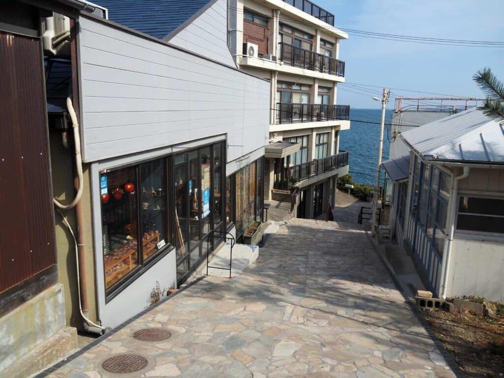 Kirakira Zaka (キラキラ坂), petite ruelle rejoignant la côte