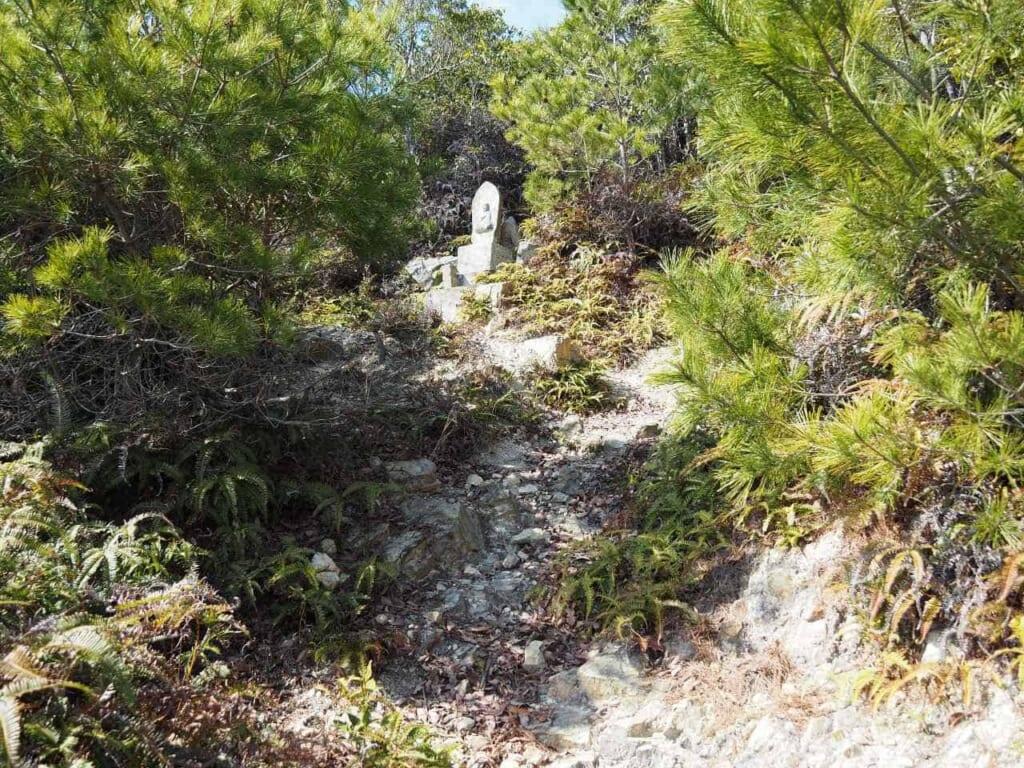 statues de Jizo le long du chemin de randonnée Sekibutsu Junrei