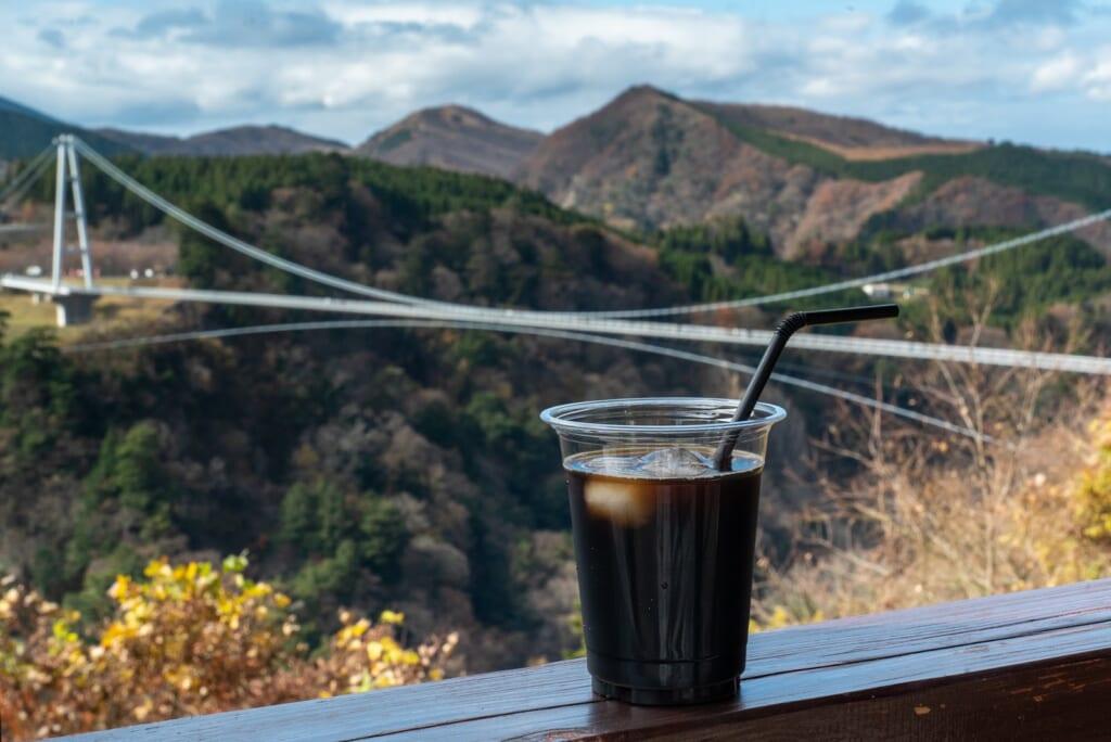 savourer un café glacé devant le grand pont suspendu de la préfecture d'oita