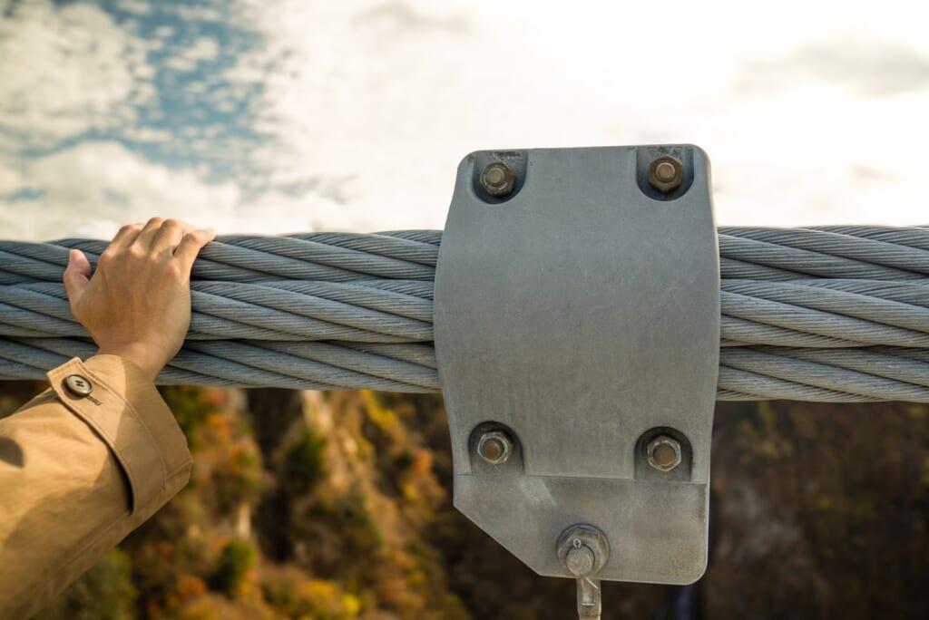 énormes câbles du plus haut pont à suspension du Japon