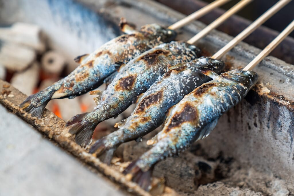 Poisson grillé au dessus d'un barbecue japonais