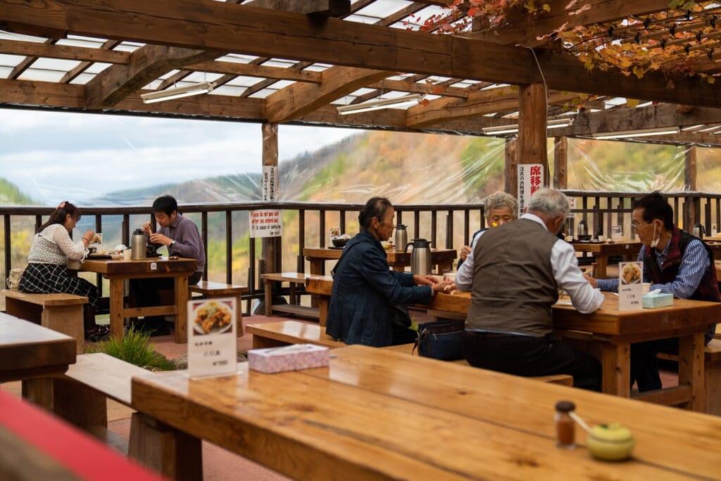 terasse d'un restaurant japonais avec vue sur la vallée