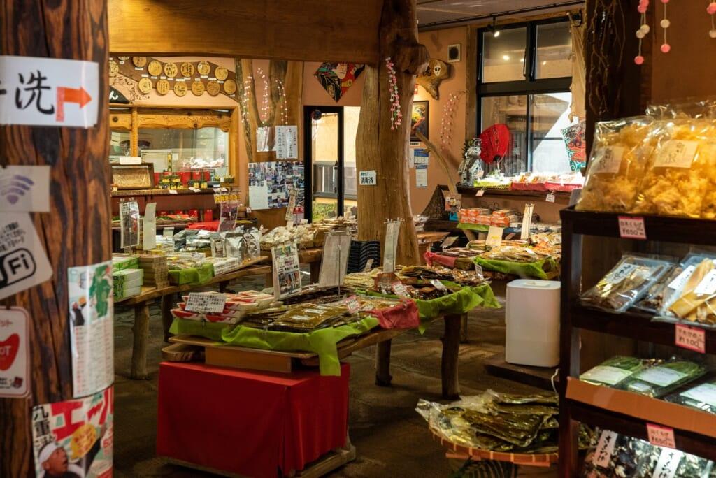boutique souvenir d'un restaurant japonais vendant des produits locaux
