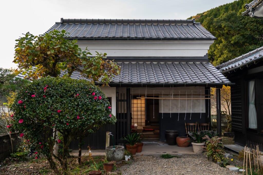 entrepôt transformé en chambres dans une ferme japonaise